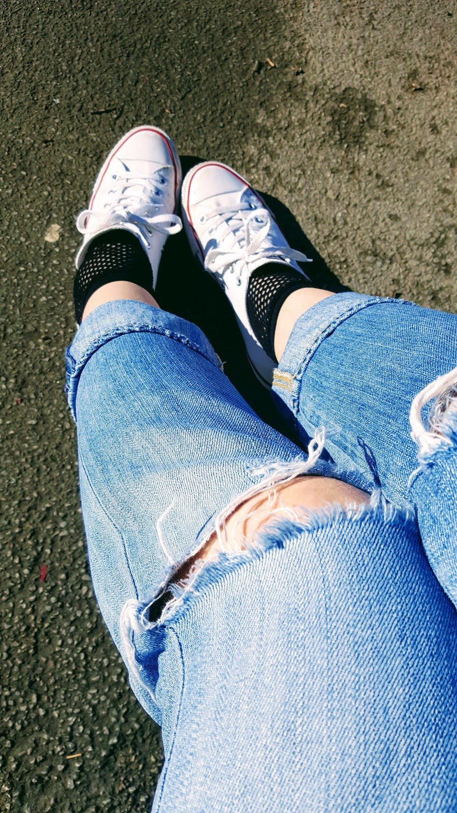 Ripped Jeans Over 40 fashion blogger