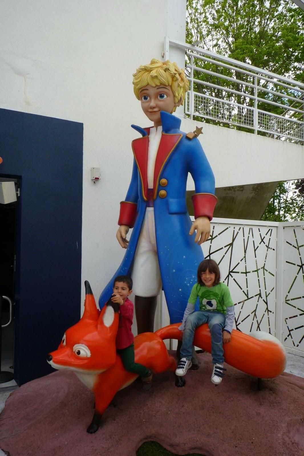 Izan y Joel antes de entrar en El Principito.