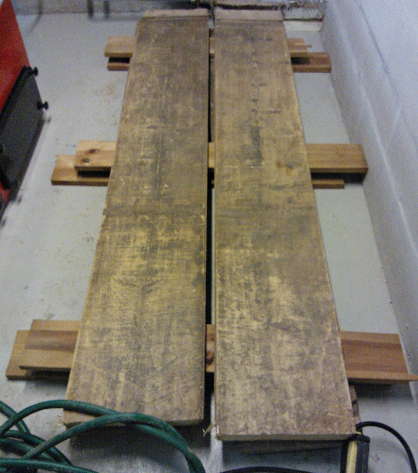 ruokapöytä vanhasta puusta