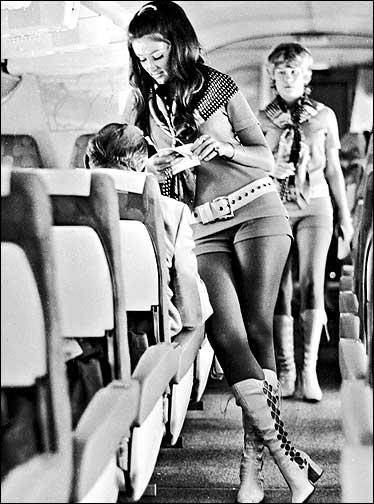 4890c561966 Τα παπούτσια είναι χοντροκομμένα με υπερβολικούς πάτους-πλατφόρμες.  Μπαντάνες, φουλάρια και πόντσο.
