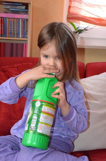 Kind trinkt Dan Chlorix