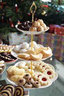 Weihnachtsbäckerei 2018: Bethmännchen, Schokokipferl, Buttermonde, Pecan Butter Balls, Orangen-Kokos-Stangen, Hildabrötchen, Haselnussmakronen