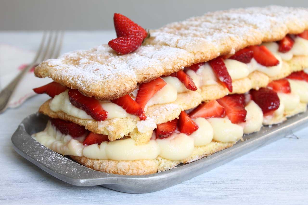 Postre torta vainillas casera crema pastelera frutillas