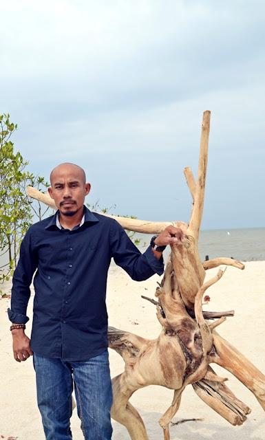 sosok di balik wisata mangrove kampung nipah