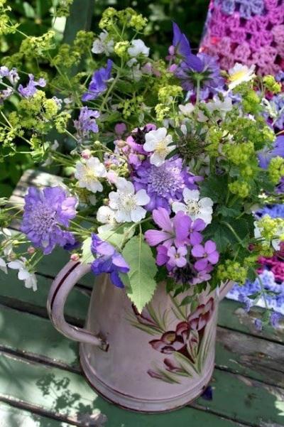 Teko digunakan sebagai vas bunga.