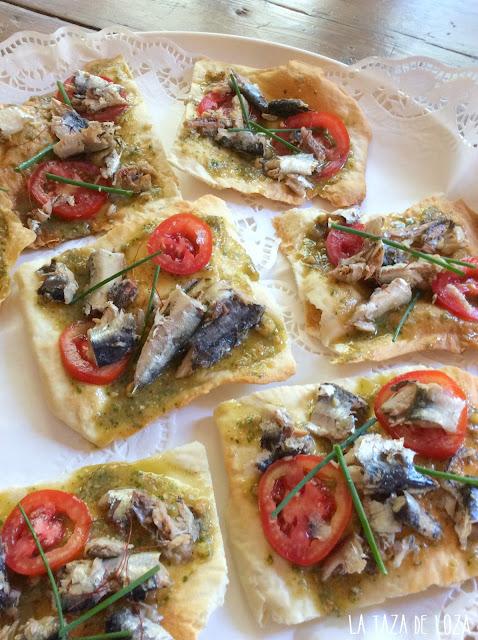 coca-fina-crujiente-con sardinas-y-salsa-jurvert