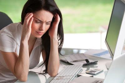 Triệu chứng của rối loạn tiền đình như: nhức đầu, hoa mắt, suy giảm trí nhớ,...