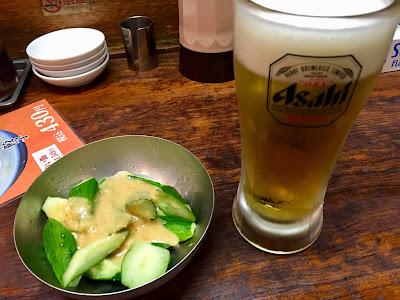 三軒茶屋にある東京餃子楼のきゅうりとビール