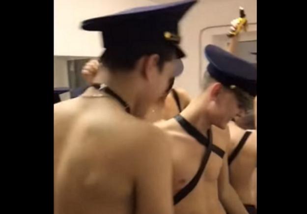 Επόμενη πόρτα φιλαράκια γκέι πορνό
