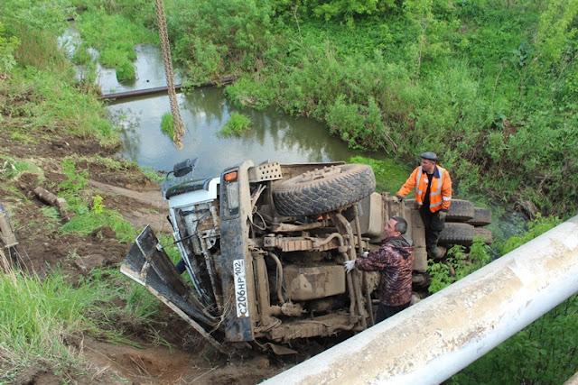 В Янауле с моста в реку упал МАЗ