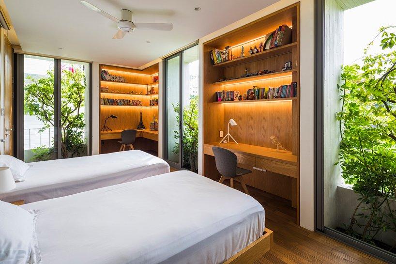 phòng ngủ nhìn ra ban công xanh mướt