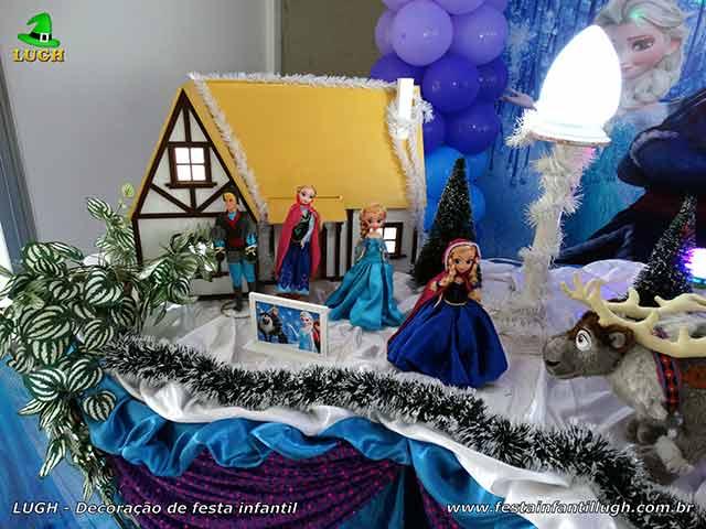 Decoração festa de aniversário infantil Frozen - Mesa decorativa do bolo