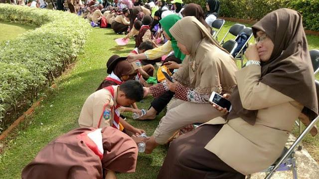 Cengeng! Ratusan Pramuka Nangis Saat Membasuh Kaki Ibu Di Cibubur