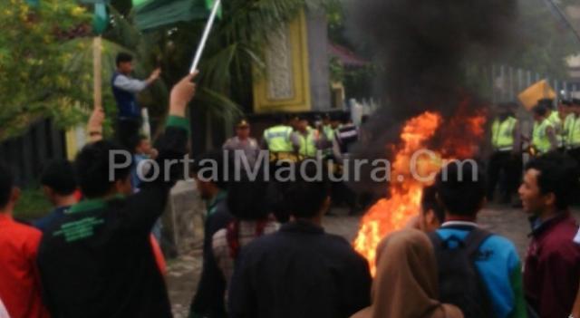Aksi Demonatrasi HMI Di Depan Kantor Pemkab Bangkalan Diwarnai Aksi Bakar Ban