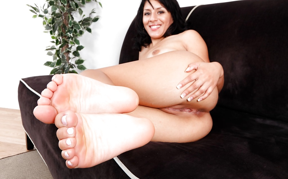 latina-foot-fetish-site-giada-from-food-network-nude