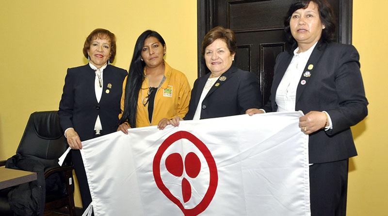 Gladys Peña de Mendoza con la primera autoridad edil alteña