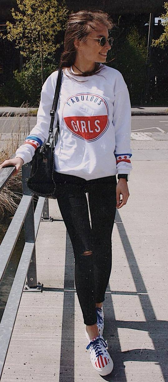 casual style addiction / printed sweatshirt + bag + ripped jeans + sneakers