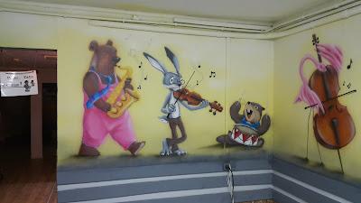Malowanie klasy szkolnej, malowanie w klasie obrazu na ścianie, mural w klasie muzycznej, aranżacja klasy muzyczne, malowanie obrazu na ścianie w szkole, ciekawy sposób na zagospodarowanie ściany w sali szkolnej