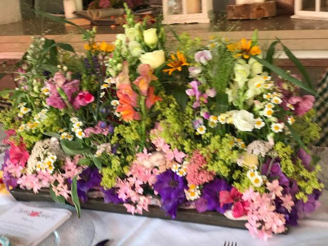 Blumenwiese am Tisch, Bunte Sommerblumen-Hochzeit am See und in den Bergen, Riessersee Hotel Garmisch-Partenkirchen, Bayern, nahe der Zugspitze, Hochzeitsplanerin Uschi Glas