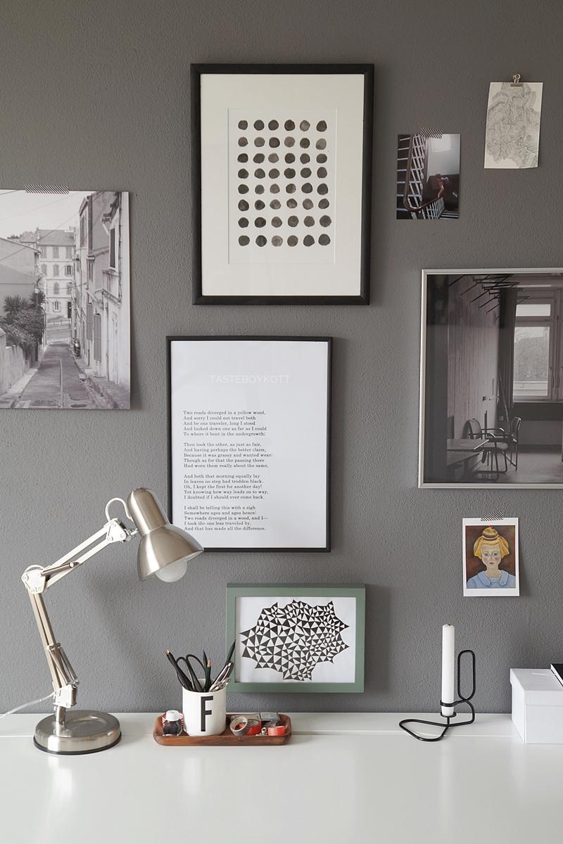 Arbeitsplatz einrichten skandinavisch modern: Weißer Schreibtisch, dunkelgraue Wandfarbe mit Bilderwand, moderne DIY-Kunst | Tasteboykott