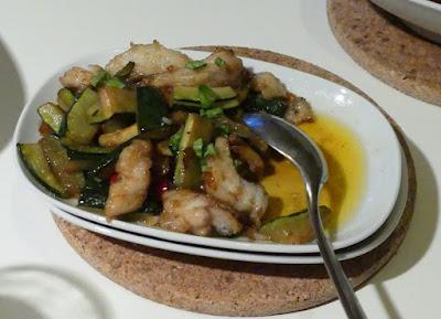 Pfannengerührte Zucchini mit Fisch aus dem Wok
