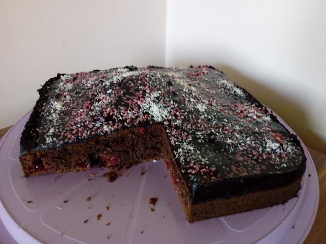 jogurtowe ciasto czekoladowe z wisniami ciasto wisniowe ciasto jogurtowe ciasto z jogurtem naturalnym wilgotne ciasto murzynek ciasto z owocami ciasto z polewa