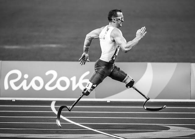 Sportsman running on artificial leg blades