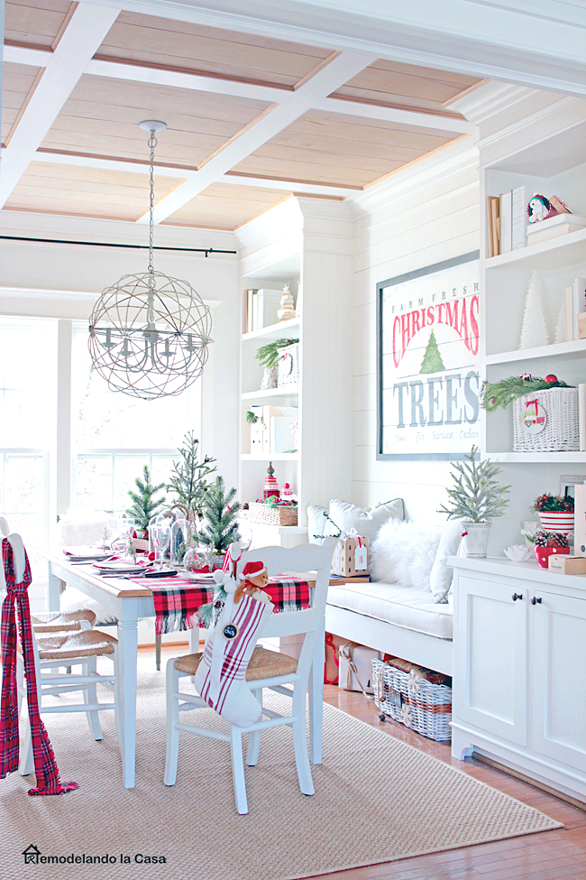 red and white Christmas decor in dining room - Remodelandolacasa.com