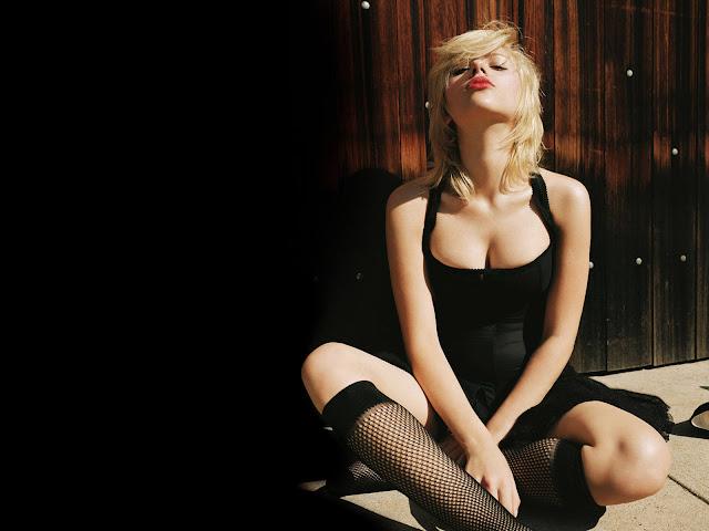 Scarlett-Johansson-sexy-Cleavages-Photo