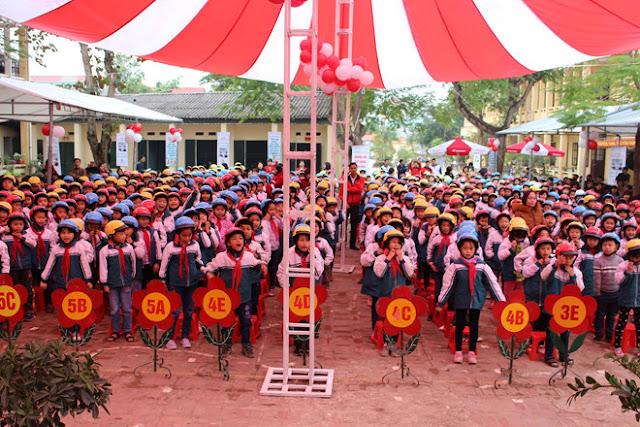 Công ty sản xuất nón bảo hiểm Kim Cương - Đông đảo các em học sinh tham gia buổi lễ trao tặng.