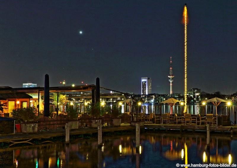 Hamburg Außenalster bei Nacht mit dem beleuchteten Radisson Hotel und Fernsehturm