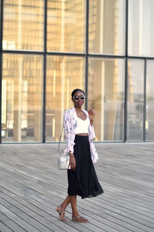 jupe-midi-plissee-chaussures-plates-mode-ete-crop-top-kimono
