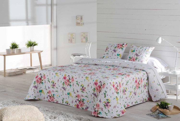 colcha de cama con flores