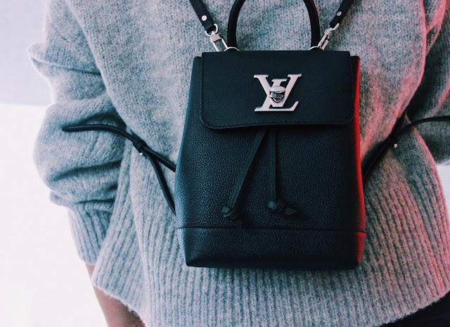 Ahora bien, que tiene esta marca que la hace tan deseada y por la cual muchas mujeres, incluso de clase media, pagan tanta cantidad de dinero?    Empecemos por algunas de las razones que considero:    - Louis Vuitton es la marca de carteras más grande del mundo, la más reconocida, así que ya esa es una razoón más que suficiente.    - Por la gran historia detrás de la marca, eso la hace interesante y de mucho valor. Para el tiempo en que Louis Vuitton comenzó su marca, tenía que trasladarse a pie, desde su pueblo hasta Paris. Hoy día empezar una marca de carteras, con tantos avances tecnológicos, es mucho más fácil que para ese entonces; asi que vale la pena apreciar todos sus esfuerzos.     - Al principio se consideraba que las personas que compraban cartera poseían un muy buen estatus social econoómico; esto aùn se mantiene de cierta manera. Es por ello que vemos como estas carteras son tan replicadas, y es que la gente las valora como un objeto de lujo que se debe tener.     - Las mujeres, a medida que su nivel económico va creciendo y mejorando, se sienten atraídas por la necesidad de comprar una LV, ya que esto es sinónimo de solvencia económica.
