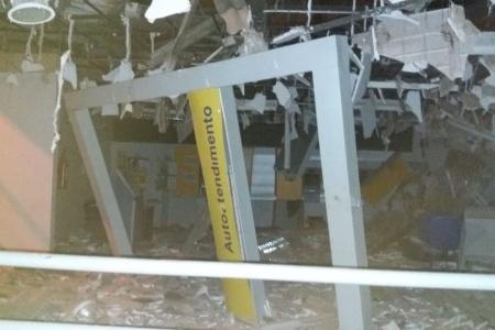 Grupo fortemente armado explode agência do Banco do Brasil em Farias Brito