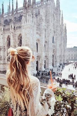 Femme qui contemple un monument de Milan