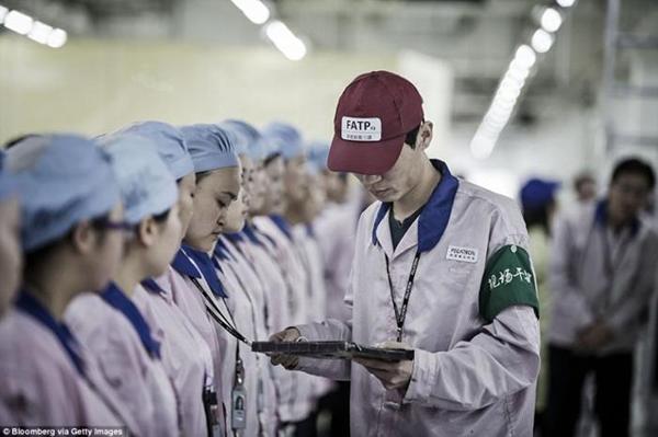 ـ صور من داخل المصنع السري لتجميع الآيفون في الصين ، ولماذا حرصت آبل على نشرها ؟ 1474911398_02.png