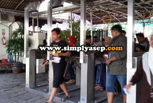 MASUK :  Yang sudah berhasil diverifikasi kesesuaian antara tiket yang dibayar dengan pemiliknya bisa langsung masuk ke kawasan Candi Prambanan   Foto Asep Haryono