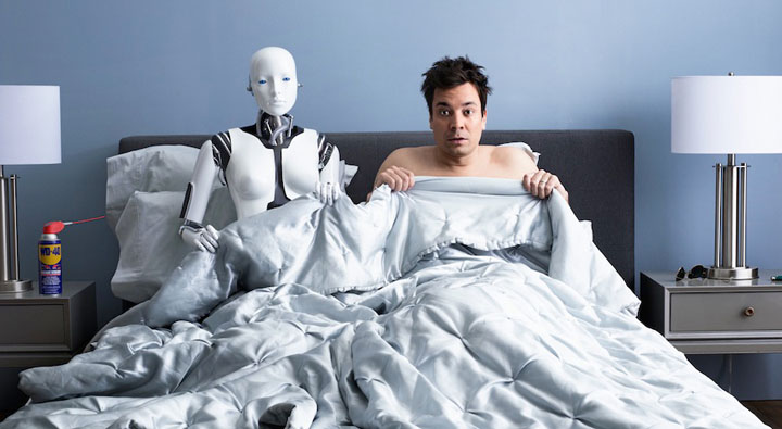 Мужчина в постели с роботом | Секс с роботом