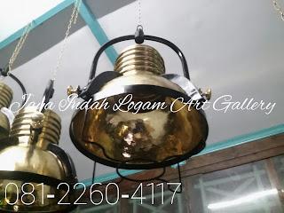 Mempercantik ruangan merupakan salah satu cara untuk membuat si penghuni betah dirumahnya atau dengan cantiknya ruangan bisa membuat rasa nyaman tersendiri untuk para tamu yang bertamu dirumah itu tentunya. Termasuk dalam dekorasi ruangan mengenai penataan lampu dan pernak pernik penghias ruangan juga mempengaruhinya. Salah satu pernak pernik untuk mempercantik ruangan anda bisa menggunakan lampu gantung kuningan yang berkesan mewah tersebut.                 Nah, bagi anda yang berniat memiliki lampu dari kuningan asli atau ingin mempercantik ruangan anda dengan berbagai pernak perik dari tembaga dan kuningan anda bisa mengunjungi pusat kerajinan yang ada di Jawa Tengah yaitu pusat kerajinan Jaya Indah Logam yang berada di daerah Tumang, Tegalrejo Rt/Rw 01/09 Cepogo Boyolali Jawa Tengah.                 Sudah kurang lebih selama 25 tahun pusat kerajinan yang menghasilkan lampu gantung kuningan  dan kerajinan lainnya ini berkecimpung dalam kerajinan kuningan dan tembaga. Sehingga pusat kerajinan tersebut sudah dipercaya banyak wilayah hingga sudah mendunia. Disana banyak kerajinan dari tembaga dan kuningan selain lampu gantung kuningan seperti bak mandi dari kuingan lampu hias, kubah masjid, washtafel dan masih banyak lagi kerajinan dari logam kuningan.                 Lampu gantung kuningan merupakan salah satu lampu gantungan yang banyak diminati oleh masyarakat. Masyarakat banyak berminat karena dengan mendekorasi lampu gantung kuningan  karena memang terlihat cantik dan berkelas sehingga wajar jika banyak yang menyukainya. Selain  itu, juga memberikan kenyamanan tersendiri jika berada diruangan tersebut karena pencahayaannya yang merata eksotis. Jenis lampu gantung kuningan  ini sangat cocok untuk rumah anda yang didekorasi khusus unik atau seperti gallery masa lalu.                 Untuk desainnya anda jangan khawatir karena di pusat kerajinan kuningan dan tembaga jaya indah logam mempunyai banyak sekali desain dari berbagai ukuran yang bisa anda pilih sesuai de