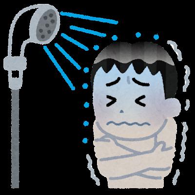 冷たいシャワーを浴びる男性