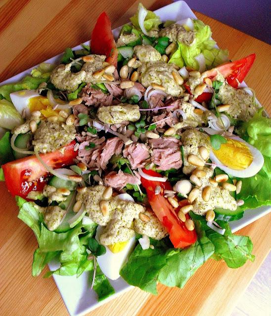 Sałatka z tuńczykiem i zielonym pesto