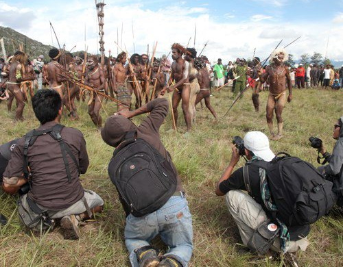 Tinuku.com Travel Baliem Valley Cultural Festival presents the art of war and beautiful panorama Papua mountains landscape