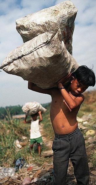 Foto de niño cargando costales pesados