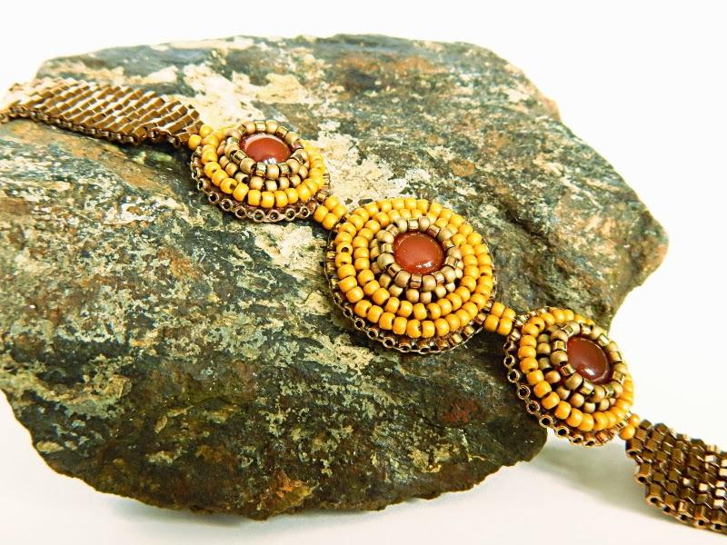 Bransoletka wykonana haftek koralikowym i ściegiem square stich.