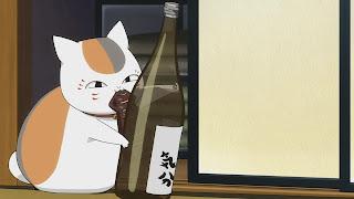 Kot Nyanko-sensei z przekąską i czymś do picia