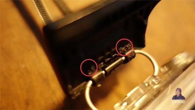 Buat lubang sebesar cable tie pada plastik lock nya