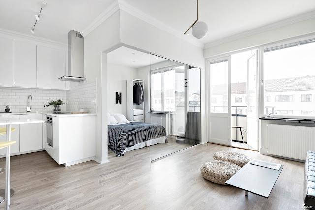 Garsonieră de 31 m²  cu perete de sticlă între dormitor și living