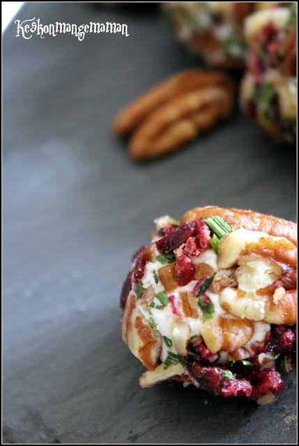 boulette de fromage de chèvre aux noix de pécan , cranberries et ciboulette hachée