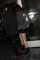 彼氏の後ろに隠れるセレーナ・ゴメスに胸キュン!小悪魔ファッションでロマンチックな夜を